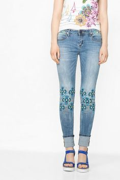 Desigual Slim-fit jeans with embroidered flowers. Discover the spring-summer 2016 collection!
