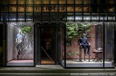 "Hermés Ginza Maison, Tokyo Japan,""March of Viridian""by artist Sakae Ozawa, pinned by Ton van der Veer Retail Windows, Store Windows, Japan Design, Shop Front Design, Store Design, Hermes Window, Design Visual, Shop Facade, Subway Surfers"