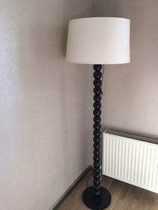 Siyah taban beyaz gölge zemin lambası