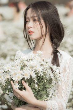 Beautiful Girl like Fashition Korean Couple Photoshoot, Girls With Flowers, Ulzzang Korean Girl, Foto Pose, Asia Girl, Girl Poses, Aesthetic Girl, Girl Photography, Pretty People