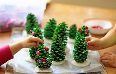 Kids Project: Pine Cone Christmas Trees Here is a perfect project for kids ! collect pine cones, and use green paint ! ++ Complete tutorial hereHere is a perfect project for kids ! collect pine cones, and use green paint ! ++ Complete tutorial here Pine Cone Christmas Tree, How To Make Christmas Tree, Christmas Crafts For Kids, Christmas Activities, Christmas Projects, Winter Christmas, Holiday Crafts, Christmas Holidays, Xmas Trees