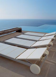 Tumbona de diseño de una casa con piscina