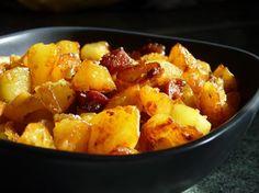 Garlicky Fried Potatoes with Chorizo. Easy Cupcake Recipes, Easy Healthy Recipes, Crockpot Recipes, Easy Meals, Cooking Recipes, Chorizo, Desserts Thermomix, Fried Potatoes, Vegetarian Recipes