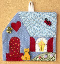 Quadrinho decorativo de tecido em forma de casinha