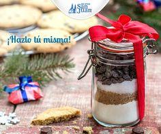 Regala sabor esta Navidad. Llena un frasco de vidrio con los ingredientes secos para preparar un pastel, brownie o galletas, pega en él la receta y decóralo a tu gusto con tela, listón y todo tu amor. #NavidadHuevoSanJuan