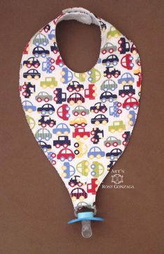 Pacifier holder bib with cotton fabric front and terry cloth back. Tic-tac button closure with two adjustments. Baby Boy Knitting Patterns, Baby Bibs Patterns, Baby Knitting, Crochet Baby, Baby Sewing Projects, Sewing For Kids, Sewing Baby Clothes, Diy Bebe, Baby Crafts