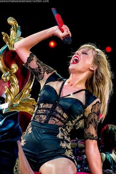 """Taylor swift singing """"I Knew You Were Trouble"""" at the Red Tour"""