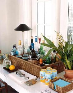 Idee für die Gartenparty - Tablett oder Korb mit hohem Rand aufstellen und dort hinein die Outdoorbar arrangieren. Daneben ein paar Pflanzen und eine Tischlampe stellen - fertig.
