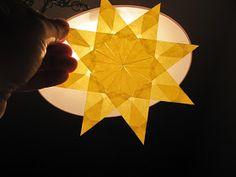 Heute basteln wir einen Stern fürs Fenster! Bitte benutzt Transparentpapier und einen Klebestift. ----------------------- Tod...
