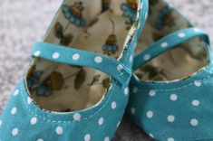 Along with the daffodils and warmer weather, those baby shower invitations that keep popping up in mailboxes are sure signs that spring has arrived. If you're looking for a handmade shower gift idea, baby shoes can be a wonderful present to … Baby Shoes Pattern, Shoe Pattern, Baby Shoes Tutorial, Elf Shoes, Baby Sewing Projects, Craft Projects, Hobby Horse, Fabric Shoes, Crib Shoes