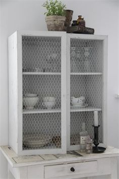 cupboard with mesh Barn Kitchen, Vintage Kitchen, Kitchen Stuff, Kitchen Ideas, Furniture Making, Diy Furniture, Shabby, Living Styles, Chicken Wire