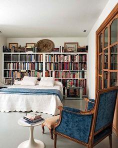 Antigüedades, piezas vintage y colecciones reunidas a lo largo del tiempo han marcado la reforma de esta casa gaditana. El nutrido y variado repertorio dota de singularidad y carisma a los ambientes,...