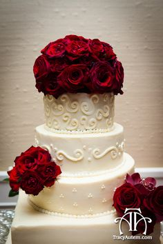 Beautiful way to incorporate fresh floral on your wedding cake (custom cakes by The Fort Worth Club)