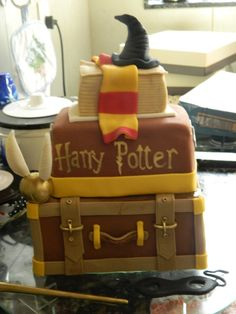 My aunt ordered the cake for my birthday, what can I say? My Harry Potter Cake Gateau Harry Potter, Harry Potter Birthday Cake, Harry Potter Food, Biscuit, Frosting Tips, Cake Decorating Techniques, Pretty Cakes, Gorgeous Cakes, Cupcake Cakes