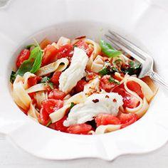 pasta with fresh tomatoes, buffalo mozzarella, and basil Caprese Pasta, Caprese Salad, Pasta Recipes, Diet Recipes, Diet Meals, Recipes Dinner, Dinner Ideas, Buffalo Mozzarella, Learn To Cook