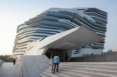 "architecture moderne - ""Jockey Club Innovation Tower"" par Zaha Hadid Architects"