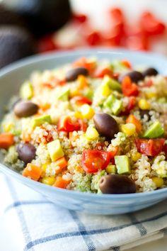 La ensalada de quinoa es un plato muy nutritivo, saludable y ligero. Es una receta muy fácil y sencilla. Puedes añadir tus ingredientes preferidos.