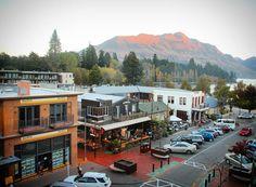 A cidade de Queenstown é realmente lindíssima! Na foto a vista do nosso quarto! Ficamos hospedados no Nomads Queenstown um hostel mega bem localizado com opção de quarto de casal agência de turismo e jantar de cortesia para os hóspedes. Amamos a nossa estadia e agradecemos  a @nomadshostels pela noite incrível e pela parceria!  #nomadsworld  #pegadasnanovazelandia #novazelandia #pegadasnaestrada #NZMustDo #viagem #newzealand  #natgeo #viajar #instagram #instatravel #landscape #bestvacations…
