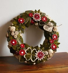 Christmas Wreaths, Xmas, Ceramic Flowers, Clay Projects, Door Wreaths, Ceramic Art, Diy And Crafts, Pottery, Rustic