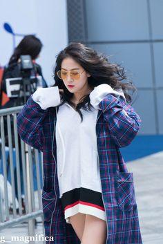 Sistar Soyou Sistar Kpop, Sistar Soyou, Starship Entertainment, Korean Beauty, Kpop Girls, Rain Jacket, Windbreaker, Singer, Asian Fashion