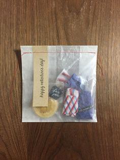 ロフト限定製品の『うす紙ラップ』で 包んだチョコレートを市販の半透明のワックスペーパーで包み、メッセージを書いた細長いクラフト紙とともに袋の口をミシンで縫いました。 #chotto #ロフト限定うす紙ラップ #紙ひも #バレンタインデー #手作りお菓子ラッピング #thinpaperwrap #paperstring #valentinesday #valentinesdecor #wrapping