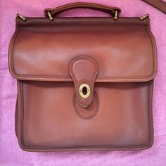 Vintage Bags How to Restore a Vintage Coach Bag: A Step-by-Step Tutorial - Complete step-by-step instructions on how to wash, clean and condition a Vintage Coach handbag. Clean Leather Purse, Coach Leather Bag, Leather Purses, Leather Belts, Leather Handbags, Vintage Purses, Vintage Bags, Vintage Coach, Vintage Outfits