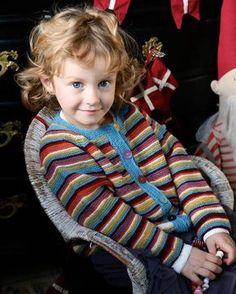Trøjen er let at strikke og er stor set uden sammensyninger. Husk, at du kan skifte farverne ud, så de passer til dit barn.