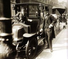 Winston Churchill pays off a taxi – London – 1908 London History, British History, Uk History, Vintage London, Old London, Victorian London, London City, Winston Churchill, Old Pictures
