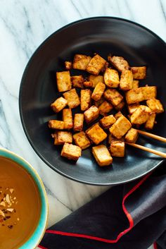 Learn how to make super crispy tofu (without deep frying! The trick is to toss it in a little oil, soy sauce and cornstarch before baking! The post Learn how to make super crispy tofu (without deep frying! The trick is to toss& appeared first on Diet. Crispy Tofu, Baked Tofu, Oven Baked, Pastas Recipes, Dinner Recipes, Recipies, Dinner Ideas, Lunch Ideas, Lunch Recipes