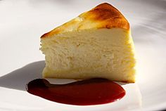 Gâteau au fromage blanc avec un coulis de framboises
