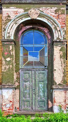 Kein schöner Empfang - Eingang eines renovierungsbedürftigen Hauses.
