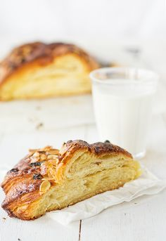 braid pastry with almOnd cream yum Delicious Desserts, Yummy Food, Breakfast Recipes, Dessert Recipes, Danish Food, Sweet Pastries, Sweet Recipes, Donuts, Biscuits