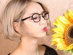 coupe-de-cheveux-courte-femme-couleur-blond-cendre-lunettes-de-vue-noir