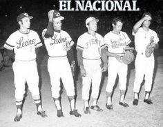 Víctor Davalillo, César Tovar, Teolindo Acosta, Luis Aparicio y Gustavo Gil, condecorados en el estadio Universitario previo al Juego de Estrellas. Caracas, 13-12-1972 (RAMON GARCIA / ARCHIVO EL NACIONAL)