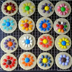 Easy Jelly Bean Flower Cookies ~ a quick and easy springtime slice and bake sugar cookie that kids can do themselves! Great for Easter and Mother's Day. Flower Cupcakes, Flower Cookies, No Bake Treats, Yummy Treats, Sweet Treats, Delicious Desserts, Beach Ball Cake, Easter Celebration, Jelly Beans