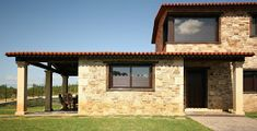 Planta y media Stone Houses, Arch, House Design, Outdoor Structures, Home, Garden, Ideas, Rooftops, Plantation Houses