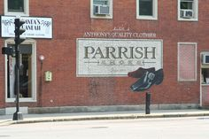 Discover Parrish Shoes Sign in Keene, New Hampshire: A recreated sign from the movie Jumanji has become a makeshift tribute to the film's late star. Robin Williams Death, Pinball Wizard, Unusual Things, New People, New Hampshire, Movie Stars, Board Games, Behind The Scenes, Fun Facts