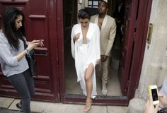Kim Kardashian certainly made an entrance this evening when she arrived at her pre-wedding dinner in a sculptural Maison Martin Margiela flowing, chic white dress with a high-cut leg and plunging neck Kim Kardashian White Dress, Kim Kardashian And Kanye, Celebrity Wedding Dresses, Celebrity Weddings, Celebrity Style, Sexy White Dress, White Gowns, Kanye West And Kim, Haute Couture Gowns