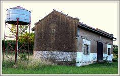 """Mariano Benítez: Fundado el 8 de septiembre de 1908. Un tiempo antes, el 25 de febrero de 1907, se designó así a la estación ubicada en los kilómetros 287/288 del ramal de la Compañía General de Ferrocarriles de la provincia de Buenos Aires. Dista a 7 kilómetros de la ruta provincial 32 y a 9 kilómetros del Arroyo del Medio (que es el límite natural entre las provincias de Buenos Aires y Santa Fe). Ese ambiente natural y reservado le valió la designación de """"El pueblo sin prisa"""""""