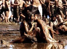 Des hippies s'embrassant dans la boue au Festival de Woodstock.