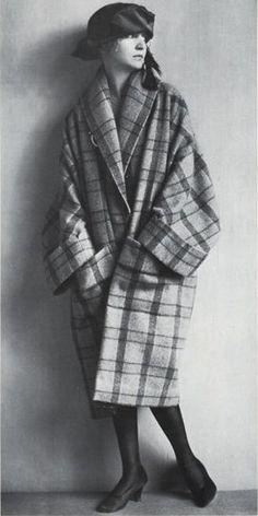"""Die Wiener Werkstätte war eine Produktionsgemeinschaft bildender Künstler und Handwerker, die 1903 in Wien gegründet wurde. Im Sinne eines Gesamtkunstwerks sollten die gesamten Lebensbereiche des Menschen gestalterisch vereint werden. Man legte sehr großen Wert auf exquisite handwerkliche Verarbeitung, ganz nach der Devise: """"Lieber zehn Tage an einem Gegenstand arbeiten, als zehn Gegenstände an einem Tag zu produzieren."""" In den Werkstätten gab es auch eine Modeabteilung, wo man Stoffe…"""