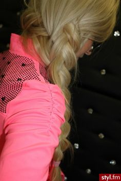♥♥ braid + that pink thing she's wearing :)