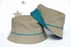 chapeau d'été bébé, imprimé étoile beige et vert amande, doublure bleu canard, marcredi