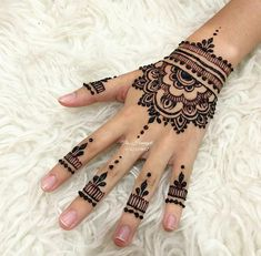 75 ideas for the design of henna hand tattoo art 1 Henna Tattoo Hand, Henna Tattoo Muster, Mädchen Tattoo, Cute Henna Tattoos, Sexy Tattoos, Henna Art, Pretty Henna Designs, Henna Tattoo Designs Simple, Finger Henna Designs