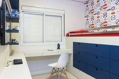 Para o quarto do filho, o mobiliário usado para acomodar os brinquedos também pode servir para guardar livros, toalhas e roupa de cama.