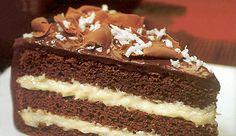 Bolo de chocolate, com recheio cremoso de coco e cobertura de Chocolate NESTLÉ CLASSIC® Meio Amargo
