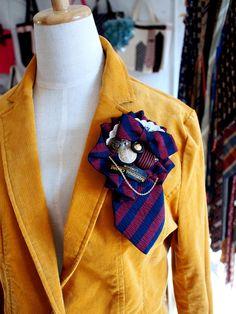 ヴィンテージネクタイを、コサージュにリメイクしました。同じ柄とは二度と出会えないネクタイ柄たちです。アンティークのボタンやパーツ、ネクタイのタグなどをアクセン...|ハンドメイド、手作り、手仕事品の通販・販売・購入ならCreema。