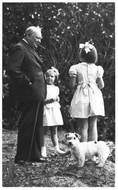 De prinsesjes Beatrix,Irene en Margriet met Winston Churchill en de Sealyham terrier Martin, de Terrier van prins Bernhard