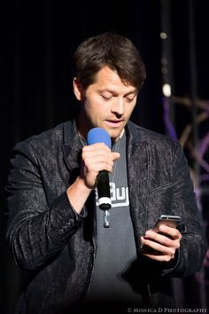 Misha Collins laughing, derping and tweeting, all the while answering questions during his panel at the Creation Entertainment Supernatural convention in Las Vegas, March 2015.Photo http://mfluder42.tumblr.com