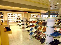este es el interior de una zapateria. usted puede comprar muchos tipos diferentes de zapatos